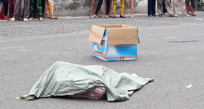 Chiếc bao tải chứa nhiều x.ác thai nhi rơi giữa đường.