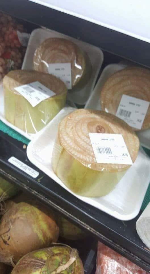 Mới đây, trên m.ạng xã hội xôn xao về hình ảnh những khúc thân chuối được đóng gói đẹp mắt, bày bán tại siêu thị Nhật Bản. Ảnh: F.acebook.