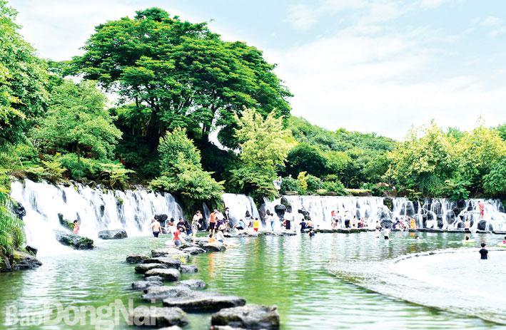 Khu du lịch Suối Mơ (huyện Tân Phú), một điểm du lịch hấp dẫn du khách. Nguồn: Trung tâm xúc tiến du lịch Đồng Nai