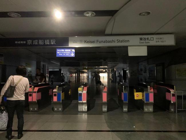 Nhiều chuyến bay đã bị hủy, sân bay và nhiều nhà dân đã bị cắt điện tạm thời.