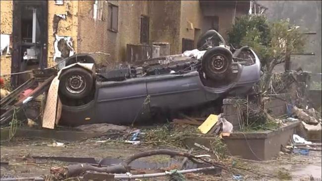 Một chiếc ô tô bị lật sau cơn lốc xoáy.