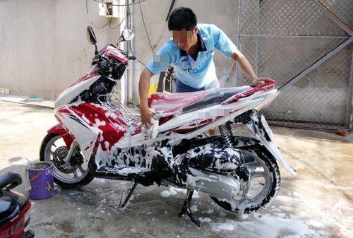 Xe bẩn quá thì phải rửa để tránh bị phạt tiền nhé. (Ảnh: Internet)