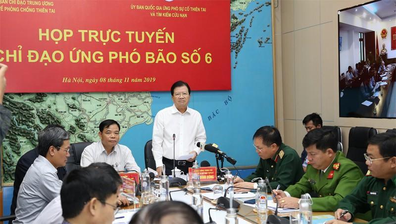 Phó Thủ tướng Chính phủ, Trưởng ban Chỉ đạo Trung ương về Phòng chống thiên tai Trịnh Đình Dũng chủ trì cuộc họp triển khai công tác ứng phó với bão số 6.
