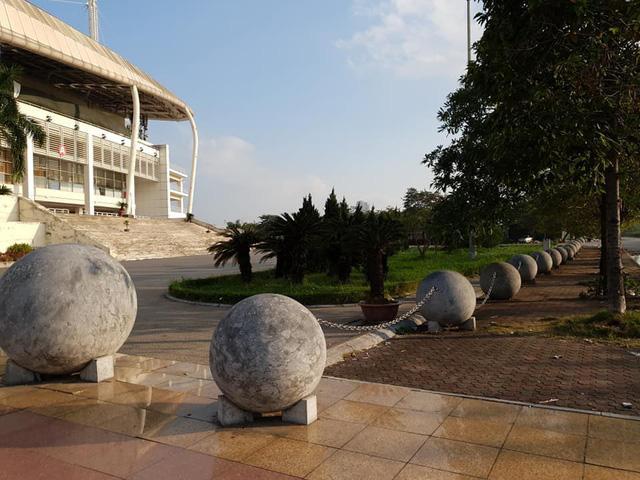 40 quả cầu đá khi còn ở trước khán đài B của SVĐ Mỹ Đình