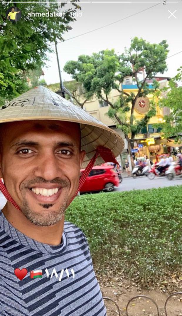 Dân tình nhanh chóng nhận ra khu vực hồ Gươm, trọng tài Ahmed Al-Kaf còn đội nón lá và cười vui vẻ.