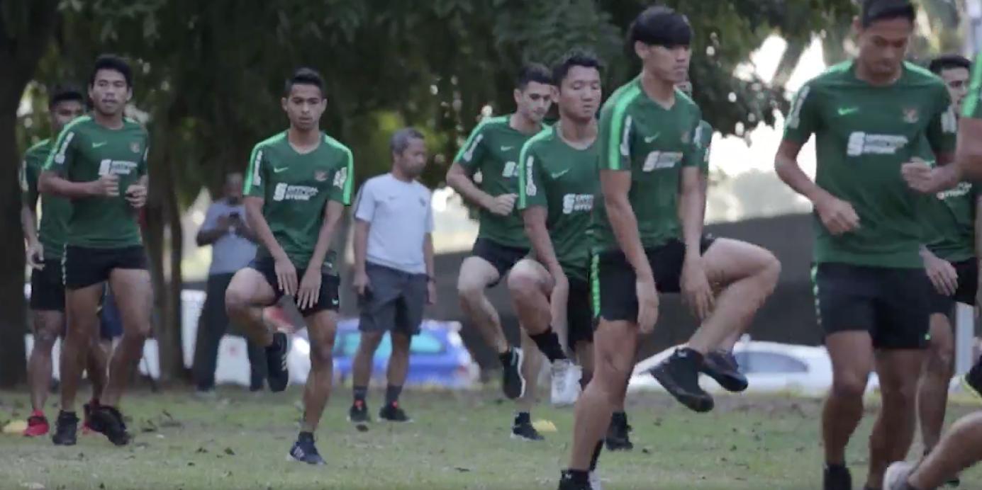 Các cầu thủ Indonesia dậy sớm tập luyện ở công viên.