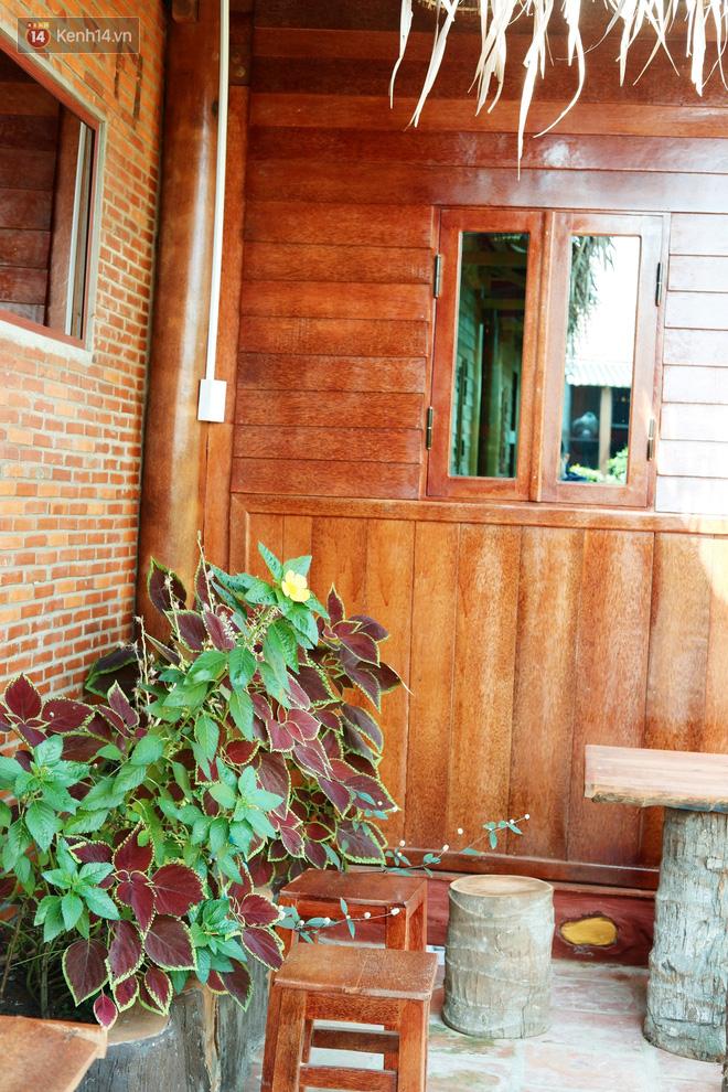 Không gian căn nhà với 95% chất liệu bằng cây dừa của vợ chồng ông Thưởng trước thềm năm mới.