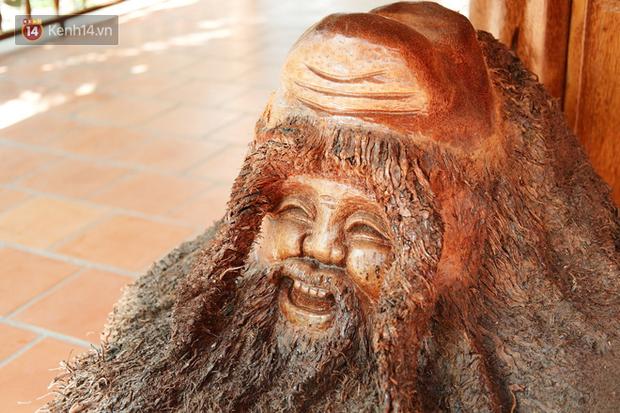 Phần rễ dừa được chế tác thành bức tượng Phật độc đáo, đẹp mắt.