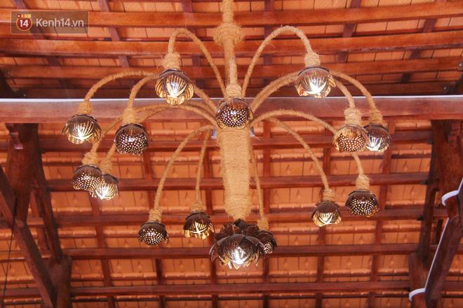 Bên trong nhà, nhiều vật dụng làm từ dừa được trưng bày.