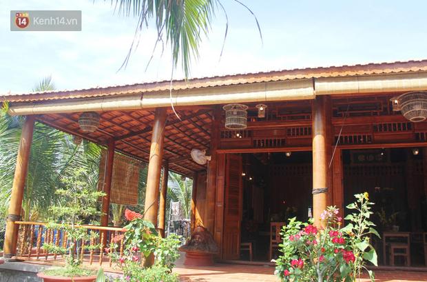 Toàn cảnh ngôi nhà làm từ cây dừa độc đáo với tổng kinh phí gần 6 tỷ đồng.