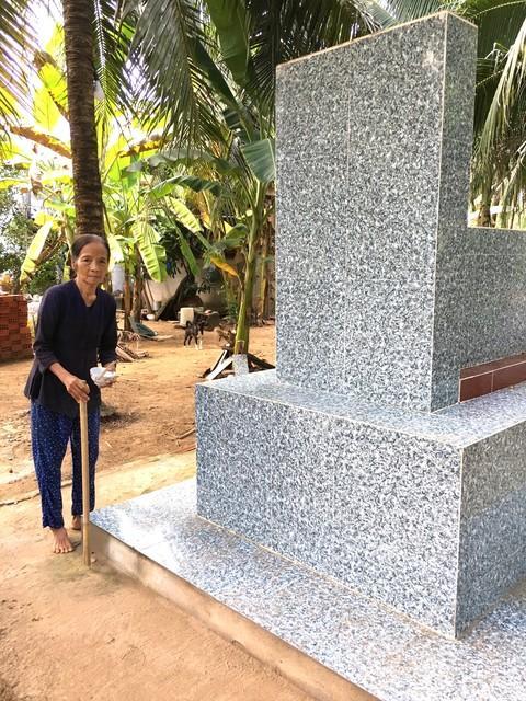 Cụ Vấn trước phần mộ chồng là cụ Trần Huy Hưng
