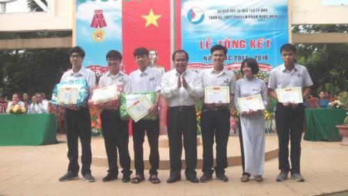 Giám đốc Sở GD&ĐT Cà Mau Nguyễn Minh Luân trao thưởng cho HS đạt thành tích xuất sắc trong học tập