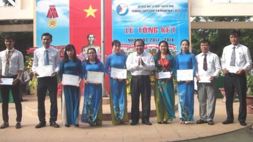 Giám đốc Sở GD&ĐT Cà Mau Nguyễn Minh Luân trao thưởng cho giáo viên đạt thành tích xuất sắc trong công tác giảng dạy
