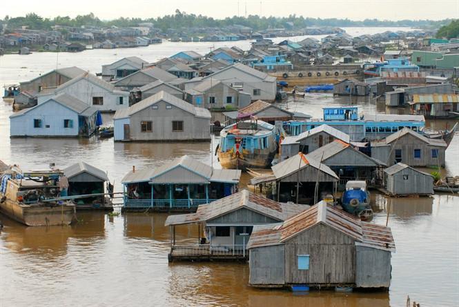 Với bao người, làng bè nơi đầu nguồn sông Hậu này đã trở thành biểu tượng văn hóa sông nước. Ảnh Zing.vn.