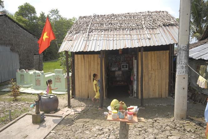 """""""Bàn ông Thiên"""" hay """"bàn Thiên"""" là bàn thờ được đặt phổ biến ở trước sân nhà người Việt ở Nam Bộ. Ảnh Zing.vn."""