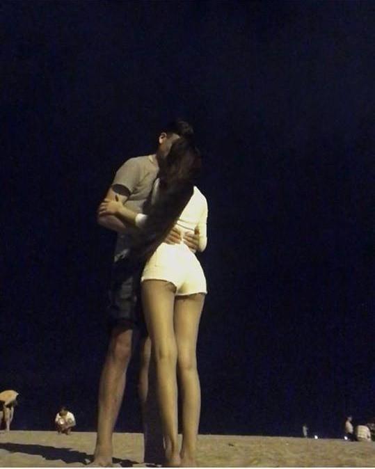 Bức ảnh Lâm Tây ôm cô gái lạ trên bãi biển cách đây ít lâu. Cô gái này có ngoại hình khá giống Yến Xuân.