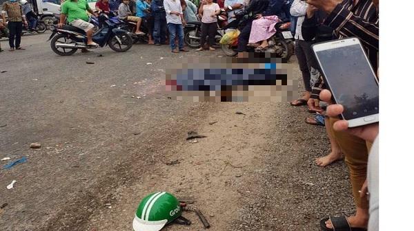 Chiếc nón bảo hiểm của anh Cường còn rơi lại tại hiện trường vụ tai nạn.