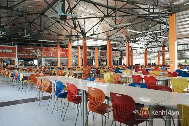 Khu canteen siêu rộng, siêu đẹp, siêu sạch sẽ. Lên hình càng ảo hơn với những chiếc ghế sắc màu