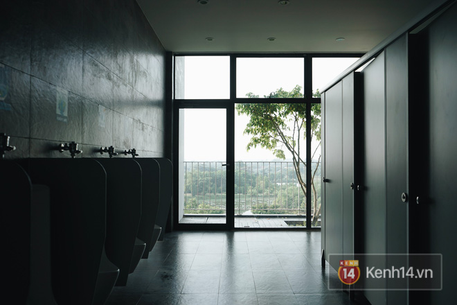 Đến khu nhà vệ sinh cũng được thiết kế nên thơ để vừa giải quyết nỗi buồn vừa ngắm nghía trời mây