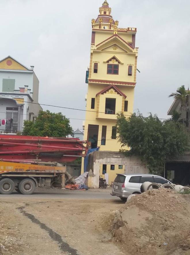 Hình ảnh ngôi nhà mới xây xong bị nghiêng.