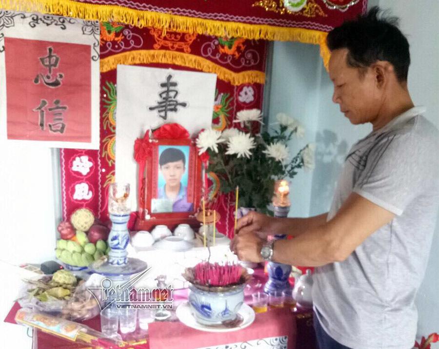 Ông Đàm Thanh Phong bên bàn thờ con trai