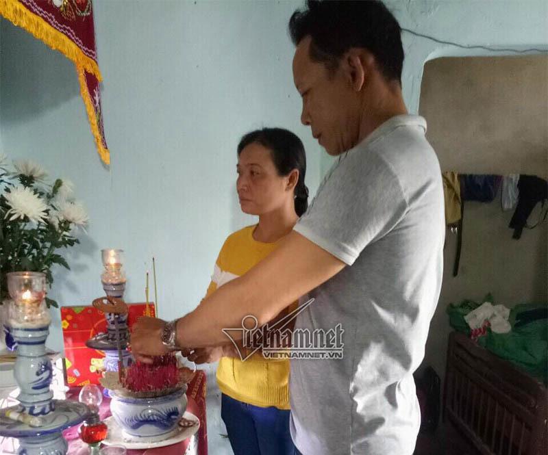 Vợ chồng ông Đàm Thanh Phong thắp nhang lên bàn thờ con trai
