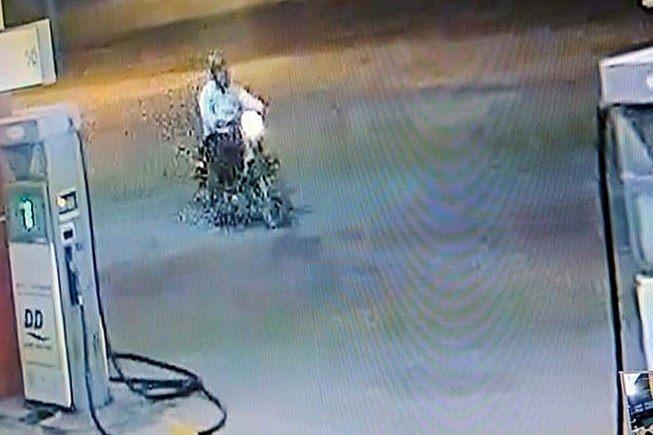Camera tại cây xăng ghi nhận lại diễn biến nhân viên tại đây bị đánh c hết để cướp tiền. Ảnh: cắt từ clip