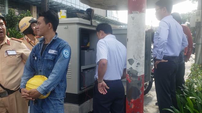 Nhân viên Trung tâm quản lý đường hầm sông Sài Gòn cùng nhân viên điện lực phối hợp khắc phục sự cố đèn giao thông.