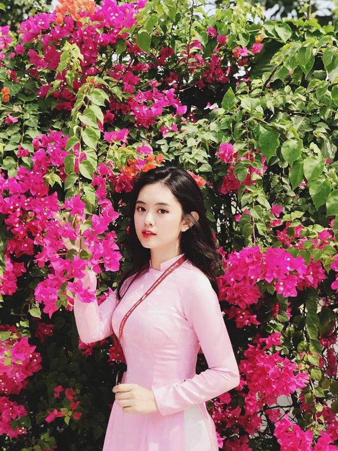 Hoa đã xinh mà người càng xinh hơn (Ảnh: STDT Communications)