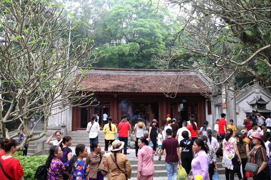 Người dân đi lễ tại đền Trung