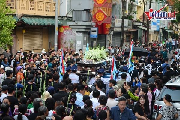 Rất đông người dân đã vây kín khu vực tang lễ sáng nay để tiễn đưa nghệ sĩ Anh Vũ khi quan tài được di chuyển ra ngoài.