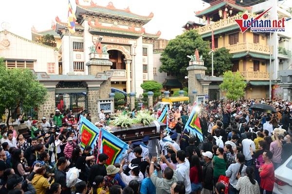Quang cảnh chùa Ấn Quang khi quan tài nghệ sĩ Anh Vũ chính thức rời chùa để đi tới nghĩa trang.