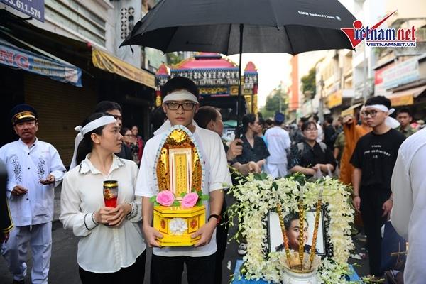 Di ảnh của nghệ sĩ Anh Vũ với vòng qua bao quanh. Anh từng kết hôn nhưng không có con nên các cháu mang di ảnh dẫn đầu đoàn tang lễ.