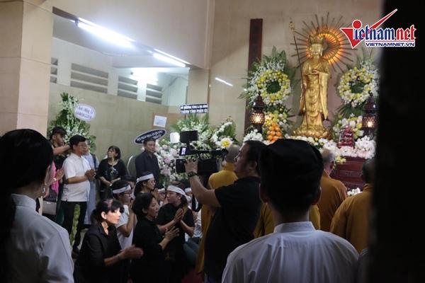 Bên trong và bên ngoài nơi đặt thi hài của nghệ sĩ Anh Vũ, đã có khá đông người tới theo dõi lễ động quan cùng gia đình và người thân.