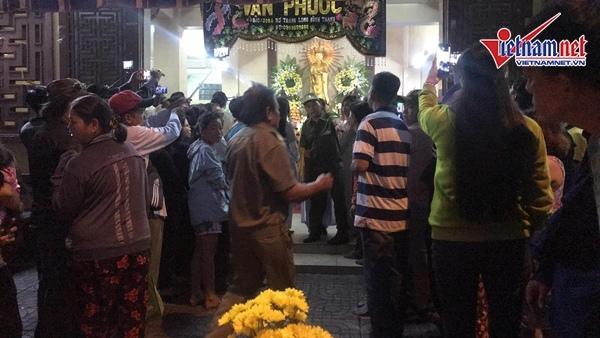 Dù 6h, lễ động quan mới chính thức bắt đầu. Tuy nhiên ngay từ 5h sáng, đã có rất đông người hâm mộ đến chùa Ấn Quang để chờ giờ làm lễ diễn ra.