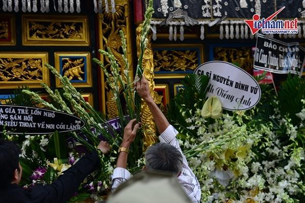 Hoa viếng được cất lên xe tang chở quan tài nghệ sĩ Anh Vũ về nghĩa trang ở quận 9.