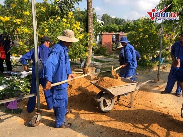 Đội chôn cất đang chuyển đất để làm công tác lấp quan tài sau khi chôn.