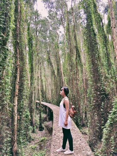 """Tranh thủ chụp hình cực """"chất"""" tại làng nổi Tân Lập. (Nguồn: Fb Nguyễn Thị Vân Anh)"""