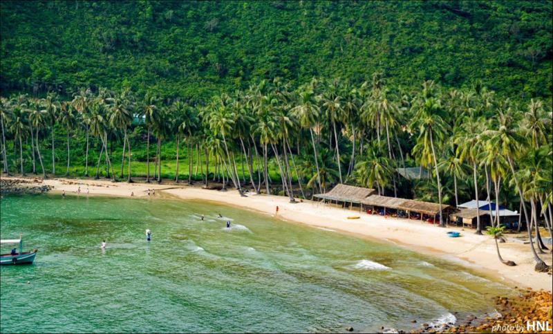 Ngoài ra, Tây Nam Bộ còn sở hữu những điểm du lịch nổi tiếng thu hút đông đảo du khách, điển hình là đảo Nam Du (Kiên Giang) - nơi thiên nhiên còn rất hoang sơ, thanh bình, nước biển xanh ngắt tuyệt đẹp.  Ảnh: Chu Tiến Công.