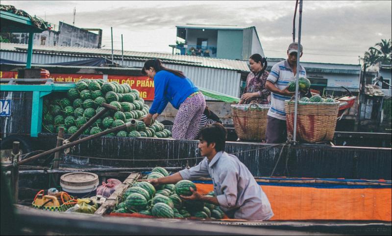Chợ nổi Cái Răng (Cần Thơ) là nơi tập trung buôn bán các loại trái cây, đặc sản của vùng đồng bằng sông Cửu Long. Chợ Cái Răng thường họp khá sớm, từ lúc tờ mờ sáng và đến khoảng 8-9h thì vãn. Khách tham quan nên đi vào khoảng 7-8h vì đó là lúc chợ đông đúc và nhộn nhịp nhất. Ảnh: Trần Thanh Duy.