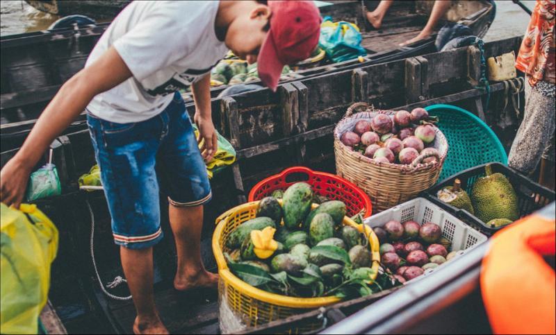 Đến với chợ nổi, du khách có thể mua được đủ loại trái cây tươi ngon. Ảnh: Trần Thanh Duy.