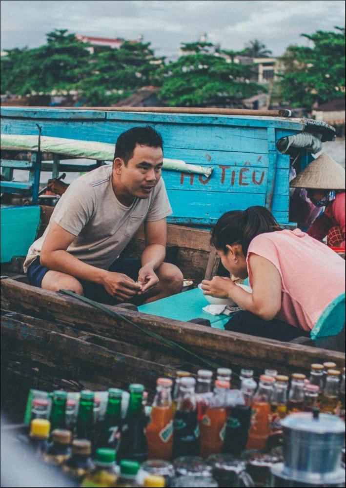 Các xuồng bán phở, hủ tiếu, cà phê (thường là thuyền nhỏ) len lỏi phục vụ khách đi chợ và cả khách tham quan. Thưởng thức tô hủ tiếu ngay giữa vùng sông nước là một trải nghiệm mới lạ và thú vị. Ảnh: Trần Thanh Duy.