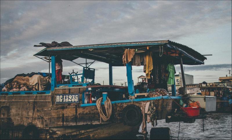 Hòa mình vào không khí nhộn nhịp của buổi chợ, du khách có thể quan sát, tìm hiểu nét sinh hoạt của nhiều gia đình thương hồ với nhiều thế hệ chung sống trên ghe. Có những chiếc ghe như căn hộ di động trên sông nước. Ảnh: Trần Thanh Duy.