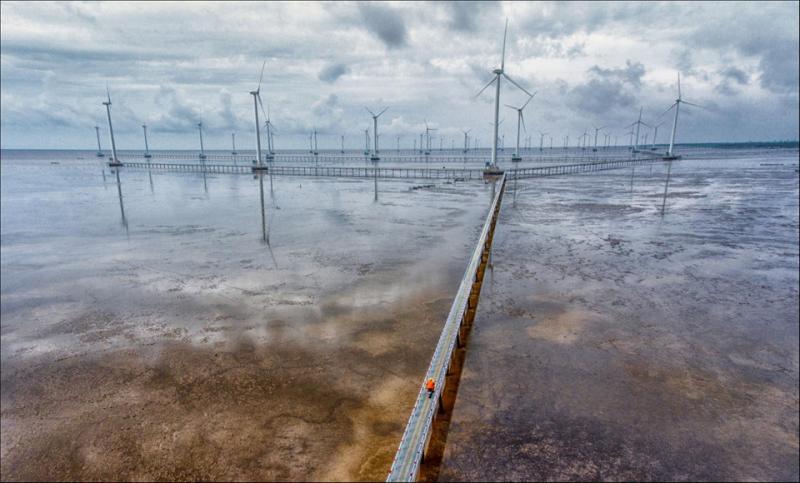 Nhà máy điện gió Bạc Liêu là nhà máy điện gió đầu tiên ở đồng bằng sông Cửu Long và thứ 2 cả nước, là bước đi tiên phong của tỉnh. Như một biểu tượng phát triển, nhà máy điện gió Bạc Liêu không những thể hiện tầm vóc địa phương mà còn thể hiện sự năng động, sáng tạo, biết tận dụng và khai thác tiềm năng, lợi thế để phát triển của miền Tây Nam Bộ. Ảnh: Thái Dương Lê.
