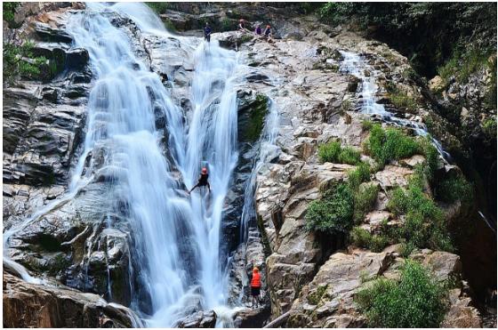 """Trò """"ú tim"""" vượt thác Hang Cọp đang rất được du khách trẻ yêu thích."""