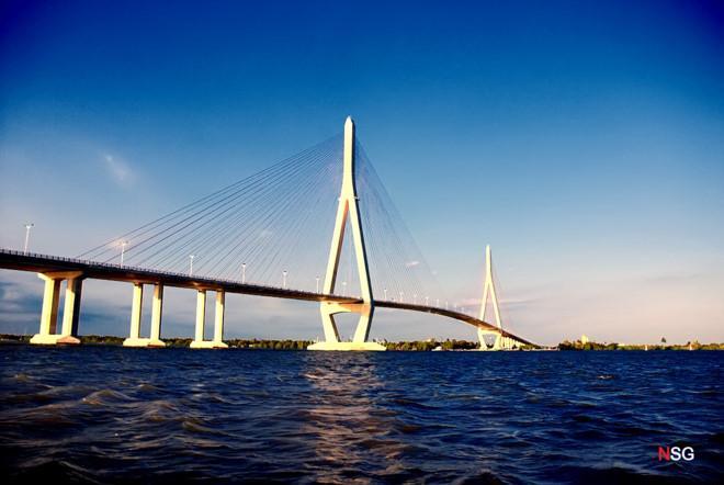 Cầu Cần Thơ tuyệt đẹp trong đêm. Ảnh: NSG.