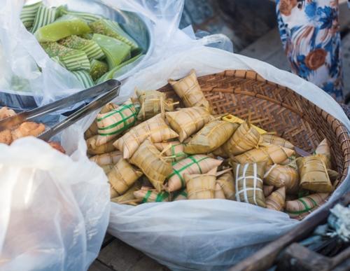 Đến chợ nổi Cái Răng, bạn không nên bỏ qua những món bánh ăn vặt như bánh tiêu, bánh da lợn, bánh lá dừa... Các loại bánh này có giá khá rẻ. Du khách có thể mua ăn chơi khi ngồi thuyền tham quan chợ hoặc làm quà cho bạn bè, người thân.