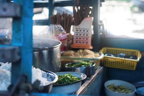Với du khách, thưởng thức một tô hủ tiếu hay bánh canh trên chợ nổi Cái Răng là một phần không thể thiếu cho trải nghiệm. Những ghe thuyền bán đồ ăn thường có một khoang nhỏ đặt nồi nước dùng đang bốc hơi nghi ngút thơm lừng, bên cạnh các rổ đựng rau sống, bún và các nguyên liệu khác.