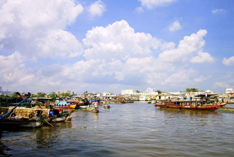 Chợ nổi Cái Răng nằm cách trung tâm thành phố Cần Thơ khoảng 6 km đường bộ và mất 30 phút nếu đi bằng thuyền từ Bến Ninh Kiều. Ảnh: Bùi Thụy Đào Nguyên.