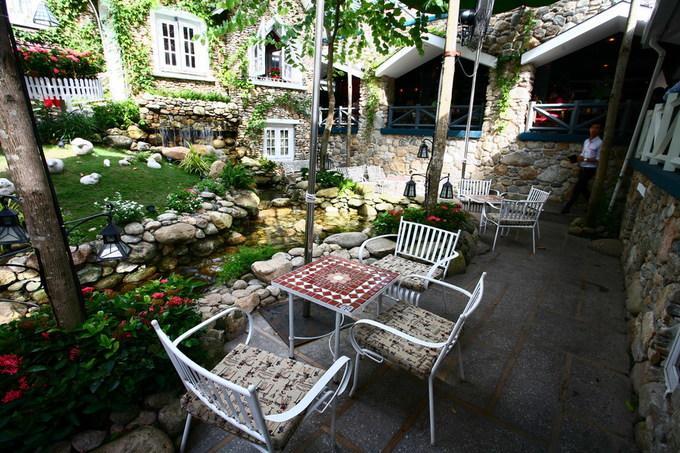 Dãy ghế bên dòng suối có tầm nhìn bao quát khắp không gian xanh. Kiến trúc quán cà phê này có kết hợp khá đa dạng trong phong cách và vật liệu.